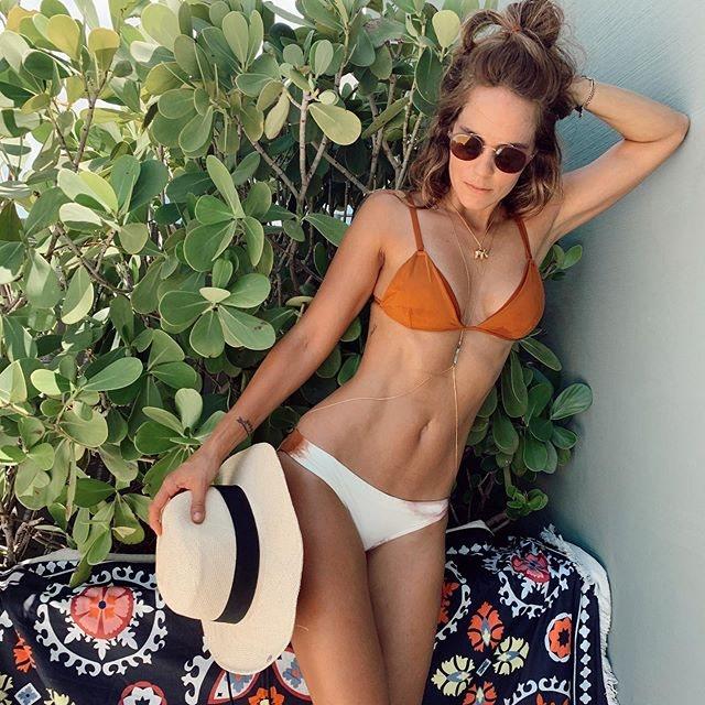 Catalina posando con un bikini