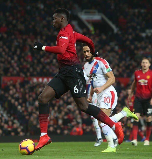 Paul Pogba conduce la pelota en un partido con el Manchester