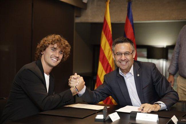 Griezmann y Bartoemu, en la firma del francés por el Barça