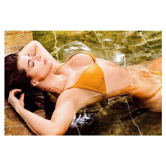 Carolina Cruz, en bikini