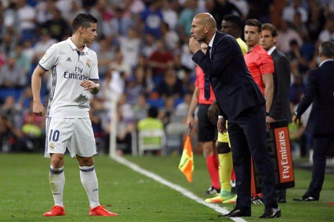 James y Zidane, en un partido