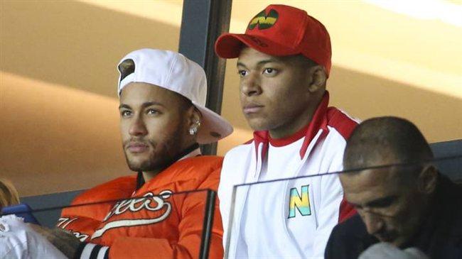 Neymar y Kylian Mbappé, en la grada del estadio del PSG