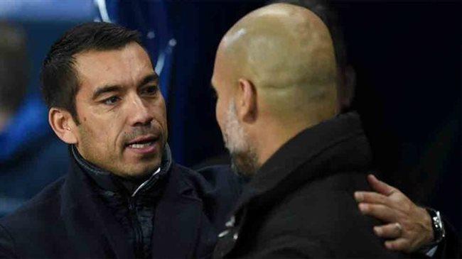 Gio y Guardiola se saludan en un partido