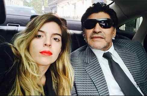 ¿Has visto la foto de la hija de Maradona? Lo enseña todo y lía la de Dios