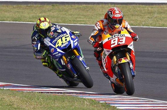La trampa de Valentino Rossi a Marc Márquez: porqué el apretón de manos es una tomadura de pelo