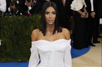 """Kim Kardashian se sube la falda hasta el tanga: """"¡Qué locura!"""""""