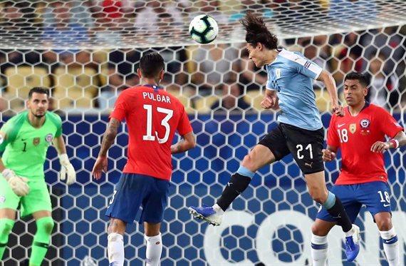 Le costó un Perú: Uruguay venció en el final a Chile y clasificó como líder
