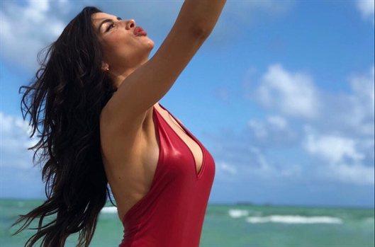 El trikini de rejilla de Jessica Cediel: la foto secreta (y más hot)