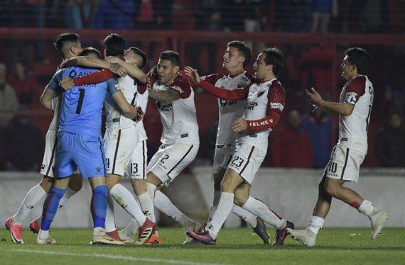 Colón venció a Argentinos por penales y clasificó a cuartos por primera vez