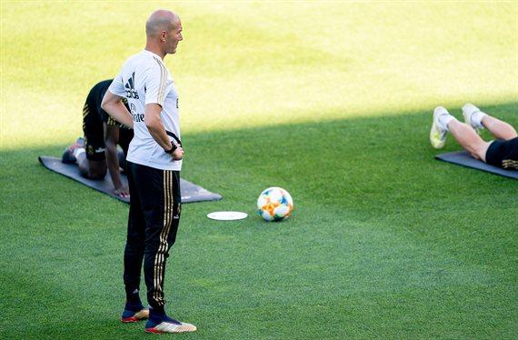 Zinedine Zidane echa a un crack del Real Madrid (y se niega a salir)
