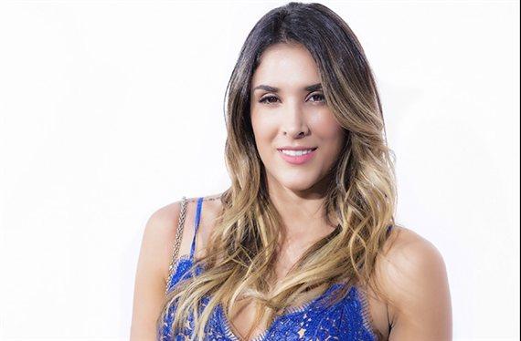 ¡Atención a la mini falda de Daniela Ospina! (y a lo que enseña)
