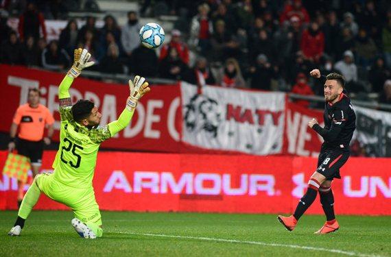 Con un gol de chilena de Kalinski, Estudiantes venció 3-0 a Independiente