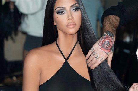 Por algo es la reina: Kim Kardashian nos abre su falda ¡y se le escapa!