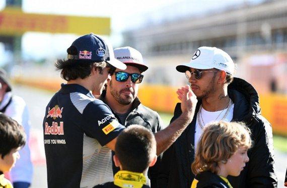 Lewis Hamilton y Fernando Alonso pendientes de Juan Manuel Correa