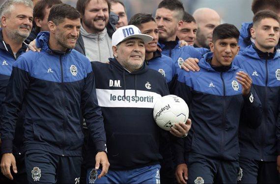 Racing derrota 2-1 a Gimnasia en el debut de Diego Maradona