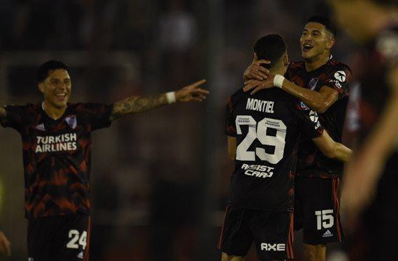 River se impuso con autoridad ante Huracán y se afianzó en la Superliga