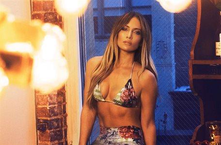 Jennifer López lo revienta: fumando, ¡en bikini y en la calle!