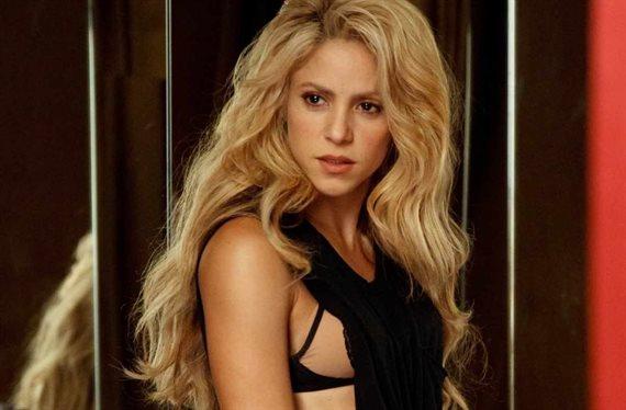 ¡Shakira abre las piernas! Y la avisan: ¡Cuidado que se te ve!