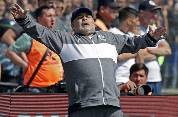 Racing amargó el debut de Diego Maradona y derrotó 2-1 a Gimnasia