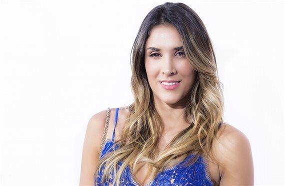 Daniela Ospina se baja la cremallera (y ¡no lleva nada debajo!)