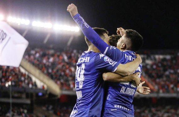 Vélez sorprendió a River en el Monumental y se impuso 2-1