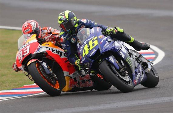 ¡Sorpresa! Rossi gana a Márquez