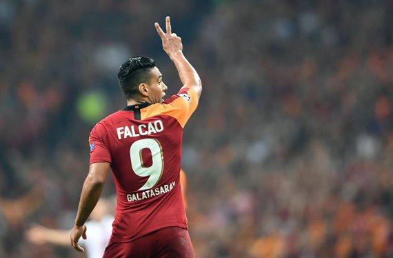 Radamel Falcao se mueve y se la juega al Barça ¡Hay pelea!