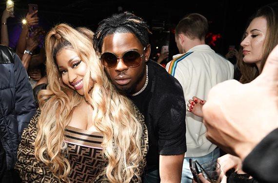 ¡Nicki Minaj lo tiene rubio! aunque cruce las piernas ¡se le ve!