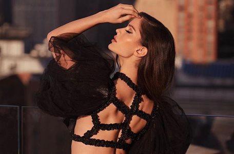 Natalia Barulich paseaba por París ¡y se le levantó la falda! ¡Hay foto!