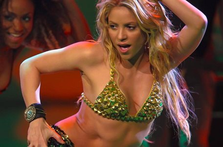 """Shakira mueve la retaguardia ¡y se le rompe el pantalón! """"Mamasita"""""""