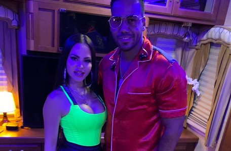 Natti Natasha y Romeo Santos se lo montan en el escenario ¿y se tocaron?