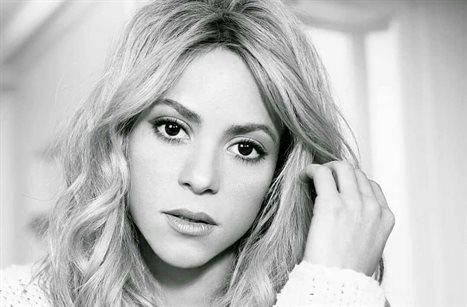 ¡Por debajo! Piqué le toca a Shakira justo ¡ahí!: Atención a la foto