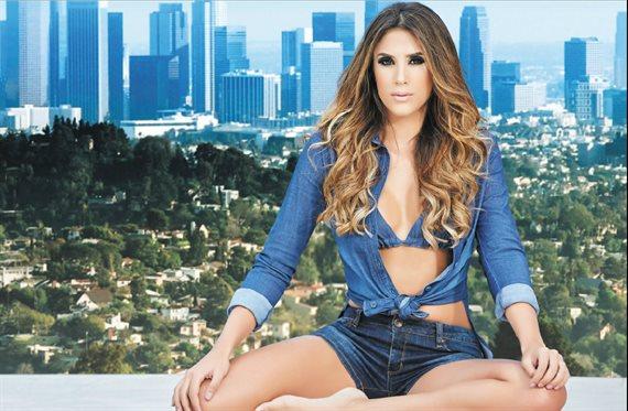 Daniela Ospina presume de ¡nuevo modelito de baño! en la piscina
