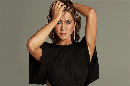 ¡Increíble a su edad! El escote de Jennifer Aniston roba todas las miradas