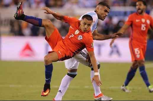 A Alexis Sánchez le quedó Mercado la dura defensa del hombre del seleccionado