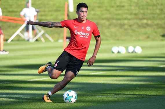 Carlos Salcedo aclaró su situación con Frankfurt