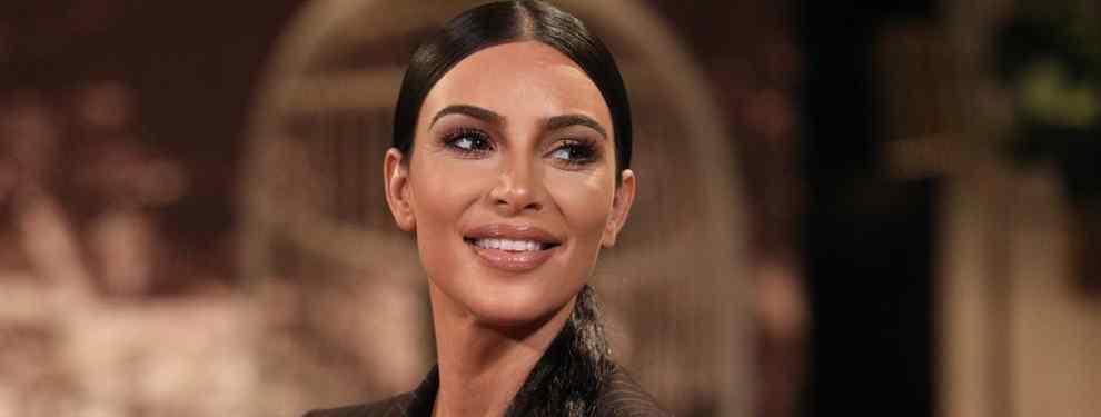 Kim Kardashian desatada. La famosa entre las famosos de EEUU vuelve va ser notica por un nuevo look que está dando mucho que hablar en las redes. Kim deleitaba a sus fans con un una ajusta camiseta blanca