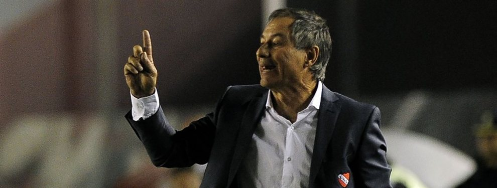 Ariel Holan abría acordado su continuidad en Independiente y ya tiene puestos para reforzar.