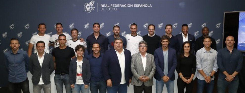 Esteban Cambiasso se recibió de entrenador junto a otros históricos ex futbolistas del mundo.