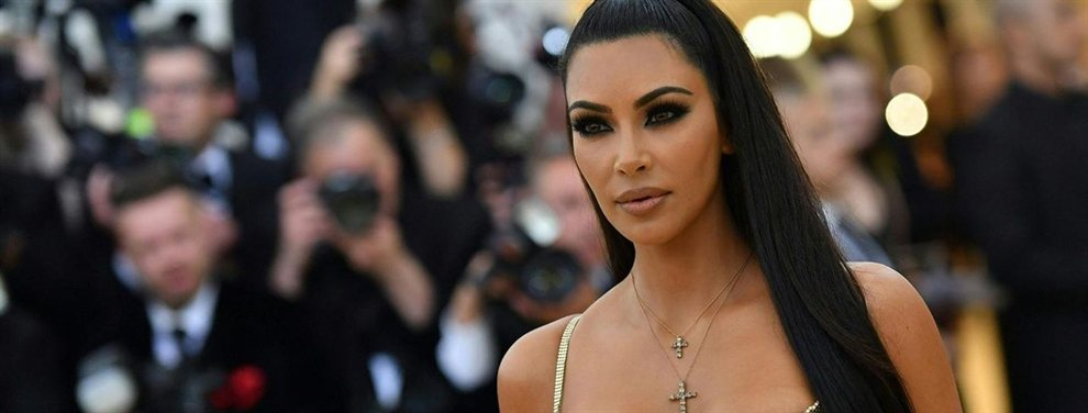 El modelito que está utilizando Kim en su paseo por la playa es sumamente elegante.