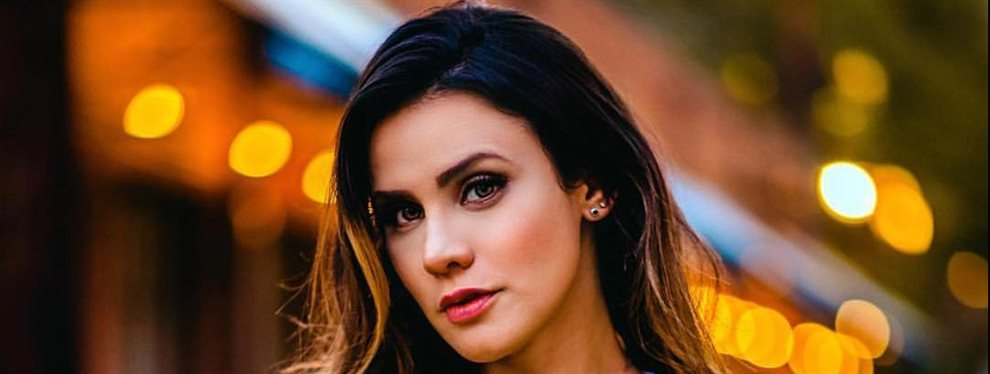 Adriana Espada publica un look de calle en el que se puede adivinar que la presentadora no lleva ropa interior.
