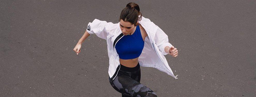 La modelo Paulina Vega aparece con un vestido muy largo descubriendo los botienes de la marca que es imagen.
