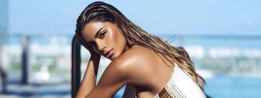 La top model Ariadna Gutiérrez se deja fotografiar con un look total pink junto a la parada del autobús