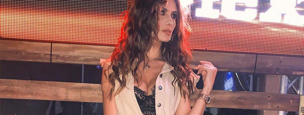 ¡La falda de Sara Uribe se abre! (y se ve esto): ¿Es un descuido de la modelo en un posado casual o muestra intencionadamente más de la cuenta?