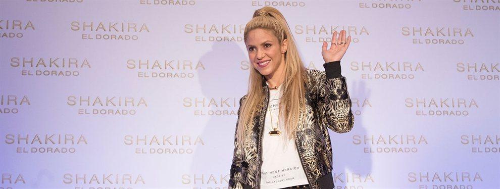 Shakira aparece en una imagen sin camiseta y con el vientre completamente al descubierto