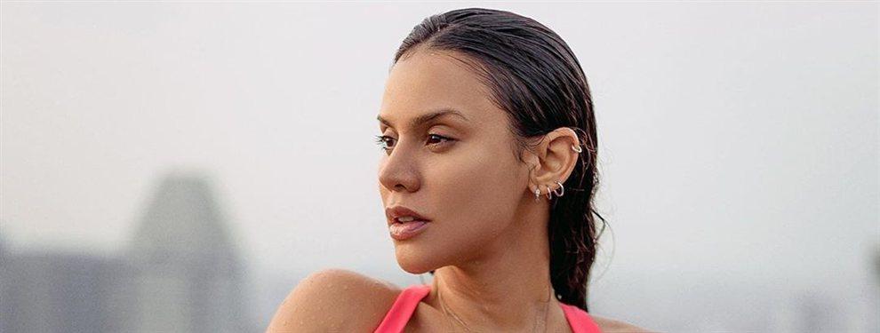 La influencer colombiana se toma una fotografía en una posición complicada en la bañera y llevando un bikini.