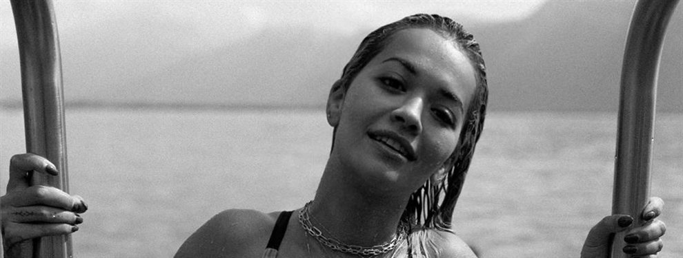 La cantante Rita Ora acude al Summer Sonic de Japón con un atuendo muy propio de su estilo.
