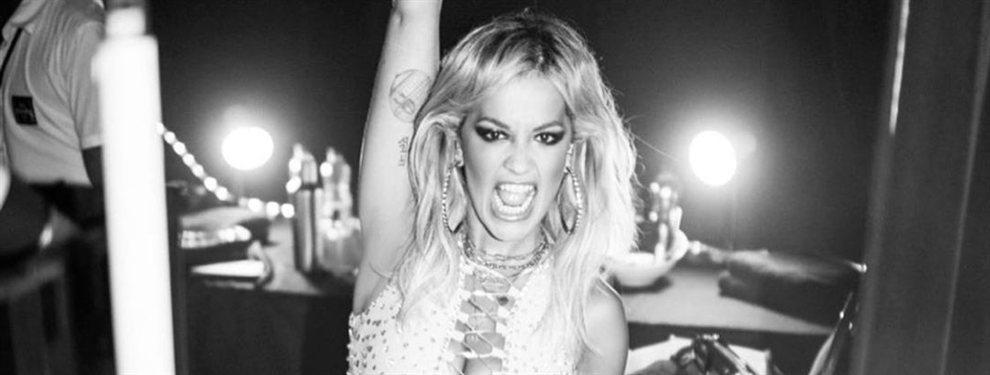La cantante británica Rita Ora está en Ibiza con un trikini que parece que está ardiendo.