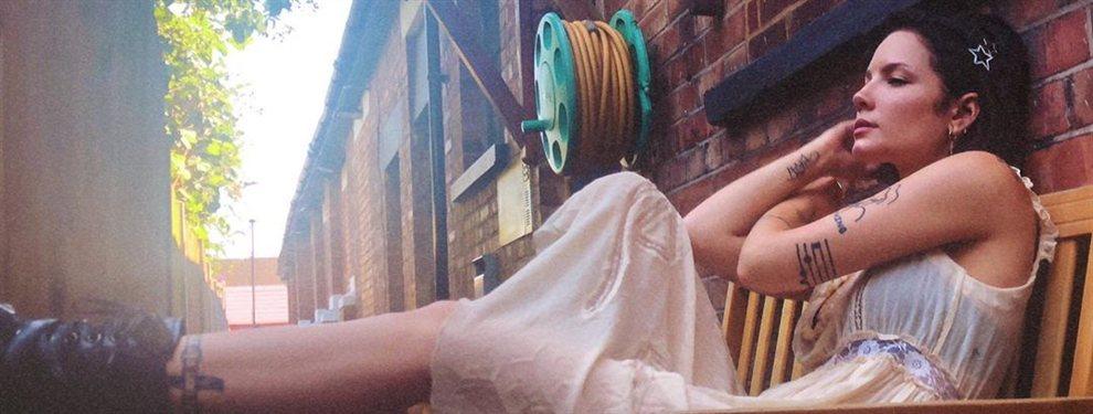 La cantante y compositora Halsey posa mirando al sol con un bikini de talle alto y hecho en punto