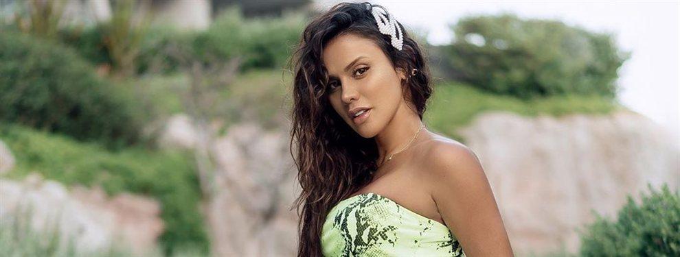 La modelo y presentadora Selena Spice se fotografía con un bañador que tiene una cremallera sin cerrar.